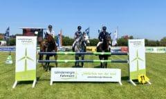 Die ersten Gewinner und Platzierten beim Fehmarn-Pferde-Festival v. re. n. li.: Laurens Wenzel mit Chalayan, Ilkay Kalay mit Cosimax und Vivienne Stemmann mit Cancum. (Foto: Helen Hippique)