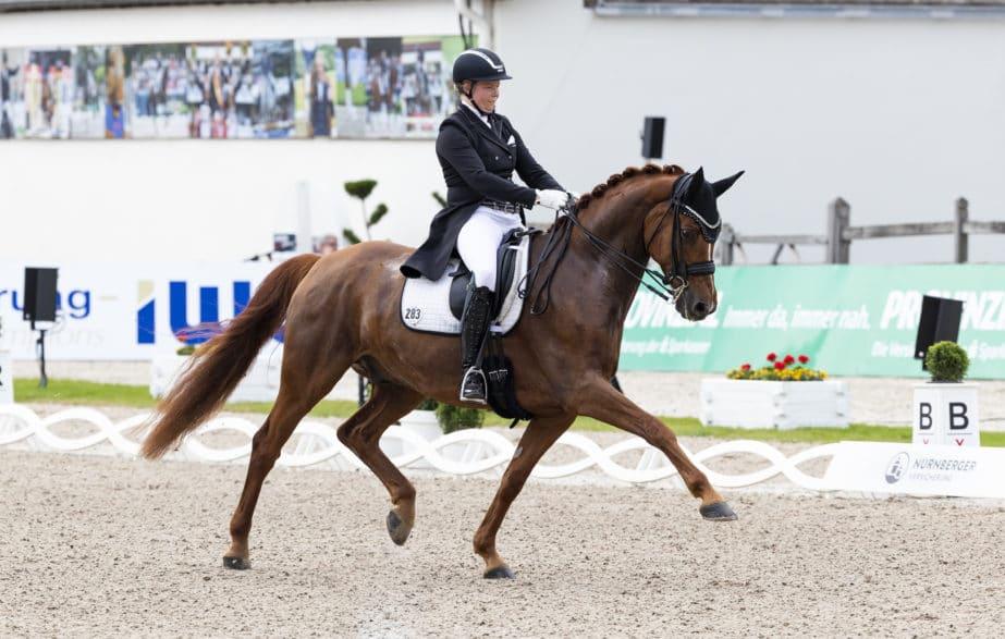 Ann-Christin Wienkamp und der acht Jahre alte Westfalen-Wallach Finley lösten in Balve das Ticket ins Finale des NÜRNBERGER BURG-POKAL. (Foto: Thomas Hellmann)
