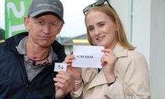 Jockey Filip Minarik zog die Startbox-Nummern für die Pferde im IDEE 152. Deutschen Derby. Alter Adler, einer der hoch gehandelten Favoriten, startet aus Box 14. (Foto: galoppfoto.de/ Sorge)