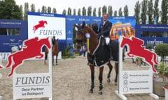 Jens Wawrauschek (GER) mit MiSanto Diamant d'Amour - strahlender Sieger in der Fundis Youngster Tour für 8-jährige Pferde Foto: @Stefano Grasso