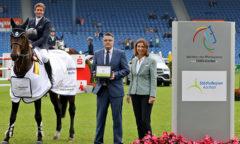 Dem Sieger gratulieren Städteregionsrat Tim Grüttemeier und ALRV-Präsidentin Stefanie Peters Foto- CHIO Aachen/ Michael Strauch