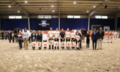 Dem siegreichen Team gratulieren FN-Präsident Hans-Joachim Erbel und Dr. Christian Burmester, Vorstandsmitglied der Sparkasse Aachen (v.r.) sowie ALRV-Präsidentin Stefanie Peters (2.v.l.) (Foto- CHIO Aachen/ Michael Strauch)