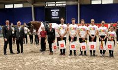 Dem siegreichen Team gratulieren Thomas Salz, Vorstandsmitglied der Sparkasse Aachen und ALRV-Aufsichtsratmitglied Peter Weinberg (v.l.) Foto- CHIO Aachen/ Michael Strauch