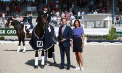 Der Siegerin Isabell Werth gratulieren James von Moltke, Chief Financial Officer Deutsche Bank AG und ALRV-Präsidentin Stefanie Peters