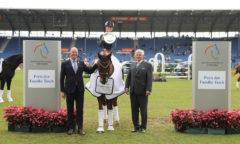 Der Siegerin gratulieren Siegward Tesch (rechts) und ALRV-Aufsichtsratsmitglied Jürgen Petershagen Foto- CHIO Aachen/ Michael Strauch